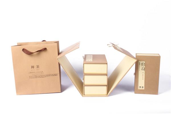 茶文化中承载中国的历史与文化,而牛皮纸可以说是茶叶包装中将中国元素应用的极致的一款包装,例如将牛皮纸包装制作成书籍的形状,提升产品的文化价值。这款采用藏书包装风格的茶叶包装便是其中的代表。  用一块可折叠的牛皮纸板将四个小的茶叶盒包裹,并用拴子将其牢牢拴住,防止包装盒在运送过程中抖动对产品造成损害。  打开外层的牛皮纸板,里层四个小包装盒上分别印有出自《礼记·大学》中的一个格言。修身、齐家、治国、平天下,这也是对古代读书人的自我修养和人生抱负的总结。也是我们新时代青年应该体现的人生观和价值观