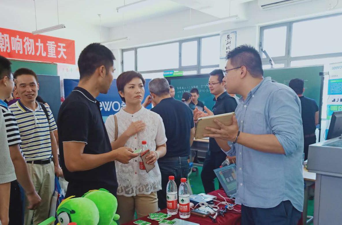 安徽省黄山市教育局副局长程燕莅临焦点教育展位参观指导